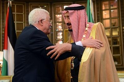 Arabia Saudyjska i większość krajów arabskich mają wyraźnie dość powtarzających się prób Palestyńczyków szantażowania ich i wymuszania pieniędzy. Na zdjęciu: prezydent Autonomii Palestyńskiej Mahmoud Abbas obejmuje saudyjskiego króla Salmana bin Abdul Aziz Al Sauda w Rijadzie, 30 grudnia 2015. (Zdjęcie: Thaer Ghanaim/Palestinian Press Office via Getty Images)