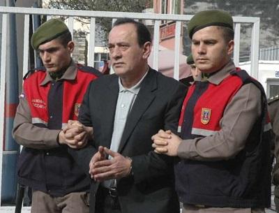 """Kiedy turecki prezydent, Recep Tayyip Erdoğan, i jego marionetkowy parlament uchwalili prawo o czasowym zwolnieniu około 45 tysięcy więźniów, by """"powstrzymać szerzenie się koronawirusa"""", z chirurgiczną precyzją nie pozwolili ani jednemu politycznemu więźniowi na wyjście na wolność. Archiwalne zdjęcie z 2008 roku, Aleaddin Çakici przed rozprawą w Stambule."""
