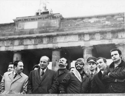 Jaser Arafat i delegacja OWP przy Bramie Brandenburskiej w Berlinie Wschodnim, 2 listopada 1971. Klaus Franke / German Federal Archive.