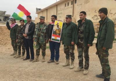 Kurdyjscy zwolennicy partii PDK z Rojava w Syrii, służący w jednostce peszmergi regionalnego rządu Kurdystanu w Iraku. YPG w Syrii nie pozwala jednostkom PDK na działanie tam, co jest jednym z wielu przykładów tego, jak podziały polityczne istnieją w cieniu poparcia dla niepodległości. (zdjęcie: SETH J. FRANTZMAN)