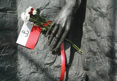 FLAGA i kwiaty przy pomniku, który upamiętnia powstanie w żydowskim getcie w Warszawie w 1944 r. (zdjęcie: REUTERS)