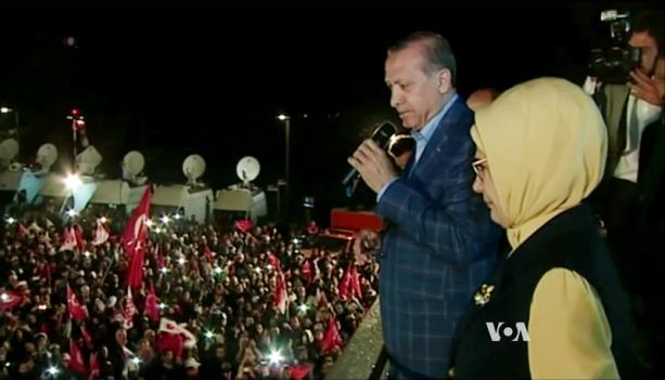Prezydent Turcji, Recep Tayyip Erdogan ogłasza zwycięstwo w referendum 16 kwietnia na wiecu w wieczór wyborczy. (Zrzut z ekranu VOA)
