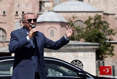 Turecki prezydent Recep Tayyip Erdogan rozmawia z mediami po piątkowych modłach w Wielkim Meczecie Hagia Sophia w Stambule, 7 sierpnia. (Murad Sezer/Reuters)