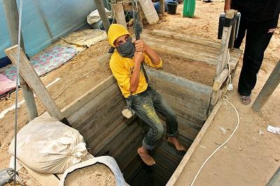 Palestyńska dziennikarka, Mirvat Oaf, napisała, że szmuglerskie tunele wzdłuż granicy między Strefą Gazy z Egiptem od dawna odgrywały główną rolę w zalewaniu tej rządzonej przez Hamas nadbrzeżnej enklawy rozmaitymi rodzajami narkotyków. Na zdjęciu: palestyński chłopiec w Strefie Gazy, pracujący przy wykopywaniu tunelu, jest spuszczany do szmuglerskiego tunelu wykopywanego pod granica z Egiptem, 22 kwietnia 2009 roku. (Zdjęcie: Ahmad Khateib/Getty Images)