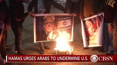 Garść Palestyńczyków, których sfilmowano w Betlejem, kiedy palili wizerunki prezydenta Trumpa 6 grudnia, pokazano tak, jakby byli częścią masowego protest ogarniającego palestyńskie społeczności. (Zrzut z ekranu z CBS News)