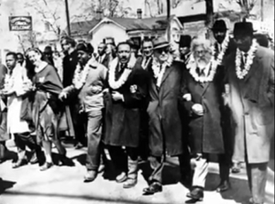 Abraham Joshua Heschel z Martinem Luther Kingiem. Zrzut z ekranu YouTube