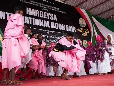 Artyści zabawiają gości na Międzynarodowych Targach Książki w Hargeisa, Somaliland, 21 lipca 2018 r.Mustafa Saeed/AFP/Getty Images