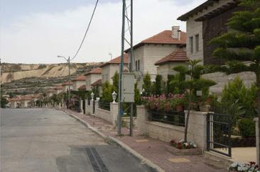 """Luksus i przywileje w tak zwanej """"dzielnicy dyplomatycznej"""" Ramallah, zarezerwowanej dla wewnętrznego kręgu władców Autonomii Palestyńskiej. Podpis w doniesieniu AP brzmi: """"Ogrodzona dzielnica willi z dobrze utrzymanymi ogródkami… może wyjaśnić, dlaczego Palestyńczycy niemal powszechnie uważają, że w rządzie prezydenta Mahmouda Abbasa panuje korupcja"""". (AP Photo/Nasser Nasser)\"""