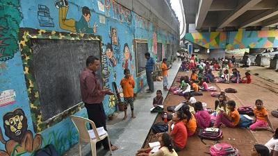 Szkoła dla dzieci z biednych rodzin zorganizowana pod mostem w Dehli( Zdjhęcie: Sushil Kumar/HT PHOTO) (Źródło:https://www.hindustantimes.com/education/under-delhi-metro-bridge-shopkeeper-runs-makeshift-school-for-over-300-poor-children/story-owbpngv1oa9zJskVE8MIPI.html?fbclid=IwAR2gr0QEun3nDZnlDwjanBnEdaneK-5MCo7tPNxNUnnfeYfwlhClyl4OIlU)