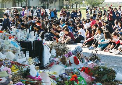 Uczniowie z Marjory Stoneman Douglas High School i Westglades Middle School zebrali się pod pomnikami w parku, gdzie maszerowali w ramach krajowego marszu szkół dla uczczenia pamięci 17 uczniów i nauczycieli zabitych w liceum w Parkland na Florydzie. (zdjęcie: REUTERS)