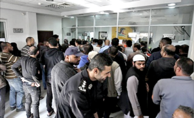 <span>Palestynczycy odbierający wypłaty w urzędzie pocztowym w Rafah w Gazie, 9 listopada 2018. Zdjęcie: SaidKhatib/AFP. </span>