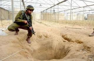 <span>W październiku 2006 roku izraelscy żołnierze czasowo weszli z powrotem do Gazy w próbie zatrzymania palestyńskiego ognia rakietowego na izraelskie miasta i wsie. Armia izraelska odkryła, ze cieplarnie były używane do budowy tuneli do szmuglowania broni. (zdjęcie i podpis:</span>Tom Gross<span>)</span>
