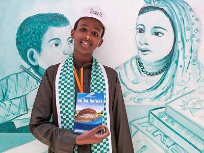 16-letni Abdishakur Mohamed, młody autor z Somalilandu, trzyma egzemplarz swojej książki 21 lipca 2018 r. na międzynarodowych targach książki w Hargeisa, stolicy Somalilandu. Na pierwszych targach w 2008 r. organizatorzy wystawili zaledwie garść książek pożyczonych od przyjaciół i ściągnęli tylko 200 odwiedzających. Dziesięć lat później literatura zajmuje znaczące miejsce w kulturze Somalilandu. Mustafa Saeed/AFP/Getty Images