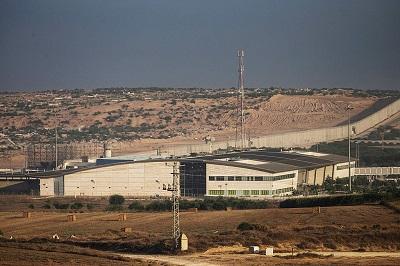 Na zdjęciu: Przejście graniczne Erez w Izraelu na granicy ze Strefą Gazy, w pobliżu którego Izrael, Hamas, Organizacja Narodów Zjednoczonych, Katar i Egipt zgodzili się na założenie nowego szpitala dla pacjentów z Gazy. (Zdjęcie: Andrew Burton/Getty Images)