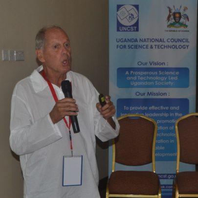 Brazylijski profesor przemawia do naukowców ugandyjskich na Forum Biobezpieczeństwa w Kampali.
