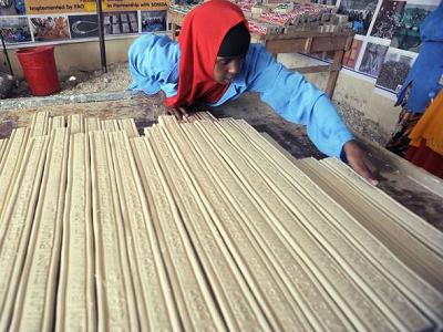 Członek Związku Producentów Mięsa Somalilandu układa kostki mydła zrobione z szpiku kostnego wielbłądów, by wyschły przed pokrojeniem ich i zapakowaniem, 28 października 2018 r. Hargeisa.Simon Maina/AFP/Getty Images