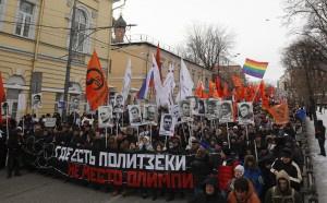 """Maszerujący podczas wiecu opozycji w Moskwie, 2 lutego 2014. Napis na banerze: """"Miejsce, gdzie są więźniowie polityczni, nie jest miejscem dla Olimpiady"""". REUTERS/Maxim Shemetov."""