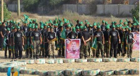Dzieci obok portretów Hassana Salameha i Abbasa Al-Sida – funkcjonariuszy militarnego skrzydła Hamasu, którzy byli odpowiedzialni za serię dewastujących ataków terrorystycznych w Izraelu (Facebook.com, 17 czerwca 2014)