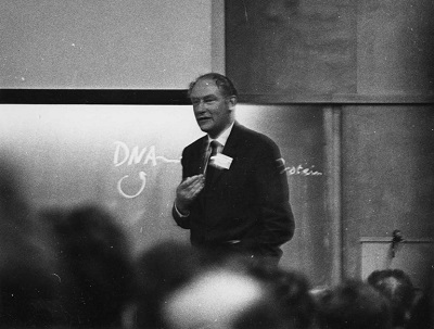 Crick mówi o centralnym dogmacie w 1963 r. (C) Cold Spring Harbor Laboratory Library.