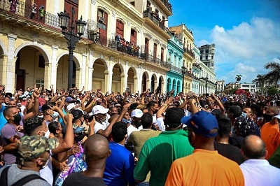 Protestujący ryzykują aresztowanie, kiedy demonstrują przeciwko rządowi kubańskiego prezydenta, Miguela Diaz-Canela, w Hawanie 11 lipca 2021 r.