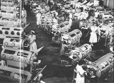 """Fig. 2 Sala wjednym zspecjalnych szpitali opieki nadofiarami polio utrzymywanymi przy życiu przez""""żelazne płuca"""".<br /><br />Trzej twórcy szczepionek, Koprowski, Sabin iSalk, nazawsze odsunęli odmilionów ludzi widmo spędzenia życia wmetalowej sapiącej jak odkurzacz metalowej trumnie."""