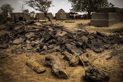 Na zdjęciu: Sobame Da, głównie chrześcijańska wieś w Mali, po ataku bandytów Fulani w czerwcu 2019 roku, w którym zmasakrowali 100 mężczyzn, kobiet i dzieci. (zdjęcie: United Nations/MINUSMA/Flickr)