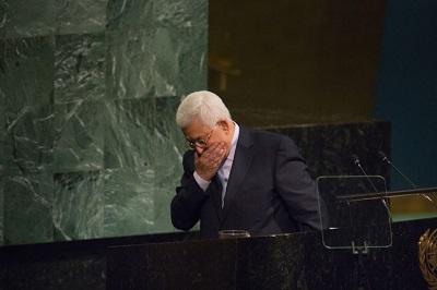 """Zainscenizowany w Gazie """"proces"""" prezydenta Autonomii Palestyńskiej Mahmouda Abbasa może się wydawać jakąś dziwaczną komedią. Jednakże celem tego """"procesu"""" jest wysłanie sygnału nie tylko do Abbasa, ale do każdego Palestyńczyka, któremu przychodzi do głowy pokój z Izraelem lub uznanie prawa Izraela do istnienia. Na zdjęciu Mahmoud Abbas w ONZ, 20 września 2017. (Foto Kevin Hagen/Getty Images)"""