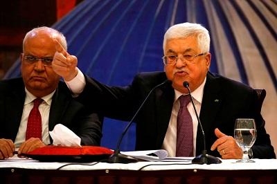 """Prezydent Autonomii Palestyńskiej, Mahmoud Abbas, wezwał swoją ludność, by nasiliła """"działalność powszechnego oporu"""" w proteście przeciwko rzekomemu """"spiskowi"""" prezydenta USA, Donalda Trumpa. Nieustanne podżeganie Abbasa spowodowało jak dotąd śmierć trzech młodych Palestyńczyków na Zachodnim Brzegu, którzy zostali zabici przez Izraelską Armię Obronną, kiedy atakowali żołnierzy bombami zapalającymi. Na zdjęciu: Abbas potępia plan pokojowy Trumpa w Ramallah 28 stycznia 2020 roku. (Zdjęcie: Abbas Momani/AFP via Getty Images)"""