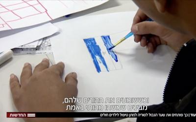 Syryjskie dzieci malują w szpitalu Ziv w Safed, gdzie otrzymują leczenie, listopad 2017 (zrzut z ekranu, Hadashot TV)