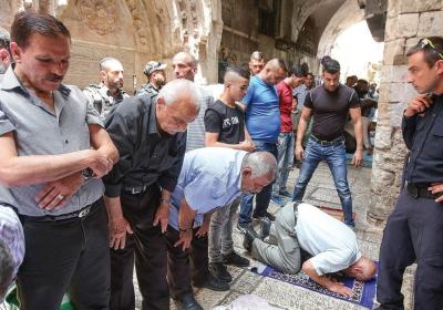 MUZUŁMANIE BOJKOTUJĄ al-Aksa, by protestować przeciwko wykrywaczom metalu także po tym, jak zostały one usunięte i modlą się na Starym Mieście Jerozolimy. (zdjęcie: MARC ISRAEL SELLEM/THE JERUSALEM POST)