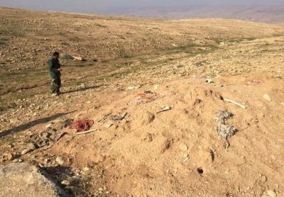Zdjęcie masowego grobu w pobliżu Sindżar w 2015 r. Są to groby Jazydów, których ISIS mordowało masowo podczas ludobójstwa w 2014 r. (zdjęcie: SETH J. FRANTZMAN)