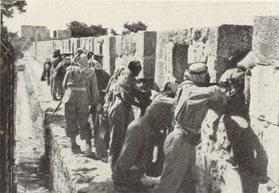 Odrzucenie oenzetowskiego Planu Podziału z 1947 roku przez narody arabskie i ich wypowiedzenie wojny Izraelowi zamiast zaakceptowania pokoju było pierwszą wyraźną wskazówką, że pragnieniem Arabów nigdy nie było dostarczenie państwa dla ludu palestyńskiego, ale raczej od początku było to pragnienie wymazania Izraela z mapy. Na zdjęciu: Pluton Legionu Arabskiego na murach Starego Miasta Jerozolimy w 1948 roku. (Źródło: Wikimedia Commons)