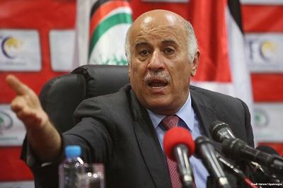 W tym miesiącu prezydent Autonomii Palestyńskiej, Mahmoud Abbas, wyprawił do Syrii delegację jako część jego starań o zjednoczenie Palestyńczyków przeciwko Izraelowi i USA. Delegacja, na której czele stał Dżibril Radżoub, sekretarz generalny komitetu centralnego Fatahu, podczas pobytu w Damaszku całkowicie zignorowała los Palestyńczyków w Syrii. Na zdjęciu: Dżibril Radżoub