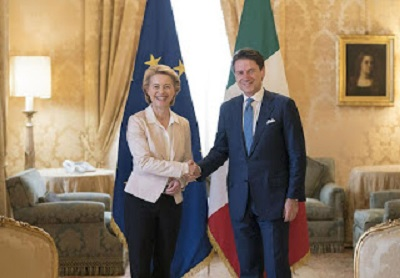 Włoski premier Giuseppe Conte i przewodnicząca Komisji Europejskiej, Ursula von der Leyen.Nie, oni nie składają sobie gratulacji za ich reakcje na COVID-19