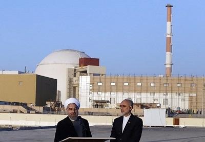 Rouhani oraz Salehi przed reaktorem jądrowym Buszehr na południe od Teheranu | Wikipedia