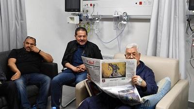 Mahmoud Abbas w szpitalu w Ramallah w maju 2018 roku, gdzie palestyńskim lekarzom leczącym go na zapalenie płuc towarzyszyli izraelscy specjaliści(Zdjęcie: Reuters)