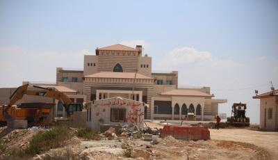"""Drugi pałac prezydencki w budowie. Blisko 30 procent budżetu PA to płace i wyposażenie ok. 70 tysięcy pracowników różnych służb bezpieczeństwa. Około 13 procent Palestyńczyków żyje w skrajnej nędzy. Drugi pałac prezydencki budowany jest ze środków Ministerstwa Finansów. Jak powiedział Haitham Daraghmeh, dyrektor generalny planowania AP: """"My, Palestyńczycy, dążymy do ustanowienia własnego państwa, a to oznacza również oficjalne instytucje podobne jak w innych krajach. Fakt, że jesteśmy pod okupacją, nie usprawiedliwia zaniedbywania filarów państwowości i ich wymagań i przyjmowania gości w odpowiedni sposób."""""""