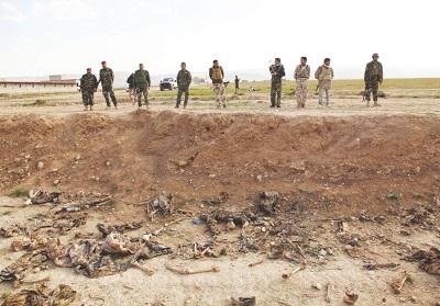 Gdzie są akty oskarżenia o zbrodnie wojenne przeciwko członkom ISIS? Gdzie są akty oskarżenia o zbrodnie przeciwko ludzkości? Gdzie jest dzisiejsza Norymberga? Na zdjęciu Syryjczycy odkopują masowy grób w Syrii po wojnie ISIS. (REUTERS)<div></div>