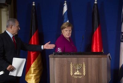 Wiele europejskich rządów udaje przyjaźń wobec Izraela, ale z upływem lat Unia Europejska stawała się coraz bardziej wroga wobec Izraela. Na zdjęciu: izraelski premier Benjamin Netanjahu i niemiecka kanclerz Angela Merkel na konferencji prasowej w Jerozolimie w Izraelu, 4 października 2018 roku. (Zdjęcie: Lior Mizrahi/Getty Images)