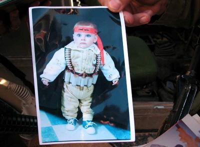 Zdjęcie niemowlęcia w atrapie pasa samobójczego, znalezione w domu poszukiwanego terrorysty w Hebronie. (Zdjecie: IDF)