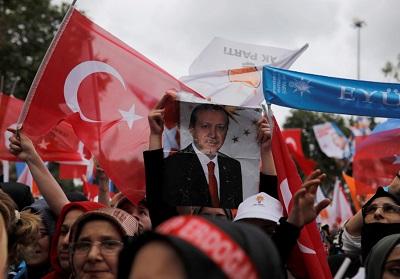 Zwolennicy tureckiego prezydenta Tayyipa Erdogana na wiecu wyborczym w Stambule, 23 czerwca 2018 r. (zdjęcie: ALKIS KONSTANTINIDIS / REUTERS)