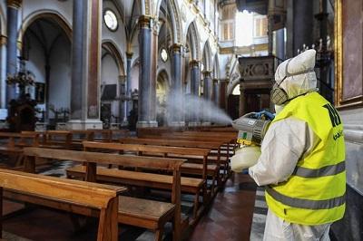 Odkażanie kościoła w Neapolu/ Źródło:Newspix.pl/ABACA