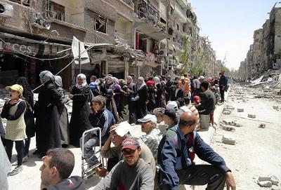 Palestyński obóz uchodźców Jarmuk jest pod oblężeniem armii syryjskiej od ponad 1660 dni. Na zdjęciu: Mieszkańcy Jarmuk czekają w kolejce na dostawę żywności.