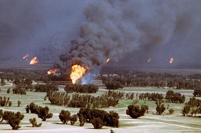 Podpalone przez irackich żołnierzy szyby naftowe w Kuwejcie w 1991r.