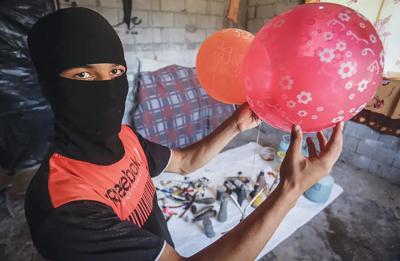 Palestyńczycy w Rafah przygotowują balony z doczepionymi materiałami zapalającymi, żeby je wypuścić na Izrael.(zdjęcie: ABED RAHIM KHATIB/FLASH90)