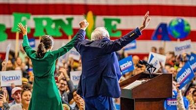 Bernie Sanders, kandydat na stanowisko prezydenta z ramienia Partii Demokratycznej, z członkinią Izby Reprezentantów Alexandrią Ocasio-Cortez na wiecu w Iowa 10 listopada 2019.