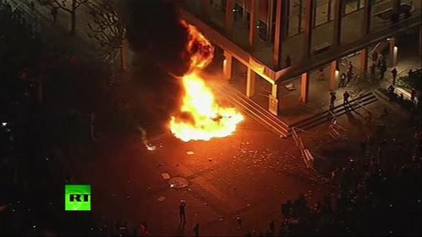 Kiedy konserwatywny działacz i pisarz, Milo Yiannopoulos, miał wystąpić 1 lutego na University of California, w Berkeley, tłuszcza 150 ludzi szalała, rozbijała i podpalała kampus, powodując szkody na ponad 100 tysięcy dolarów. (RT zrzut z ekranu)
