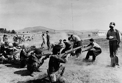 Islamistyczny reżim Iranu, który 10 lutego obchodził 40. rocznicę, ma najwyższe wyniki na świecie, jeśli chodzi o wykonywanie egzekucji w stosunku do liczby ludności. Na zdjęciu: egzekucja Kurdów dokonywana przez siły islamskiego reżimu Iranu w 1979 roku. (Zdjęcie: Jahangir Razmi/Wikimedia Commons)