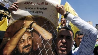 Wielokrotny morderca, Marwan Barghouti, przedstawiany przez palestyńskiego demonstranta jako symbol wolności i godności (zdjęcie: AFP Photo/Hazem Bader)