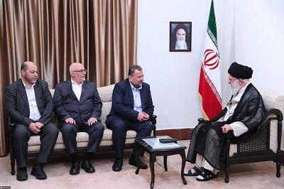 """Przywódcy Iranu widzą swoje stosunki z Hamasem i Palestyńskim Islamskim Dżihadem następująco: """"Nie wysyłamy tym grupom i milicjom gotówki i broni po to, żeby sobie mogli zawierać porozumienia o zawieszeniu broni. Jak długo dostarczamy im pieniądze i broń, muszą robić wszystko, co chcemy"""" Na zdjęciu: Wysoka rangą delegacja Hamasu pod przewodnictwem wojskowego dowódcy Saleha Arouriego spotyka się z irańskim najwyższym przywódcą, ajatollahem Alim Chameneim, podczas wizyty w Iranie 22 lipca 2019 roku. (Zdjęcie: khamenei.ir)"""